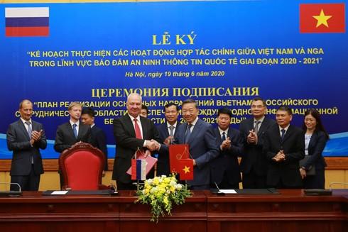 """Đại tướng Tô Lâm, Ủy viên Bộ Chính trị, Bộ trưởng Bộ Công an và Đại sứ Konstantin Vasilievich Vnukov ký, trao """"Kế hoạch thực hiện các hoạt động hợp tác chính giữa Cộng hòa xã hội chủ nghĩa Việt Nam và Liên bang Nga trong lĩnh vực bảo đảm an ninh thông tin quốc tế giai đoạn 2020 - 2021"""""""