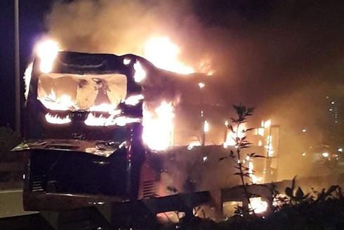 Xe khách cháy trên đường vành đai 3, đoạn Công viên Yên Sở, quận Hoàng Mai