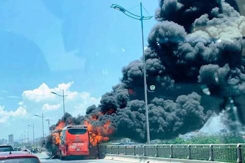 Xe khách đang chạy bỗng phát cháy tại địa bàn tỉnh Thanh Hóa