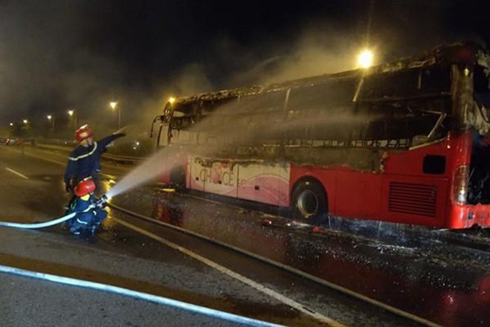 Lực lượng Cảnh sát PCCC và CNCH - CAQ Hoàng Mai dập lửa xe khách bị cháy