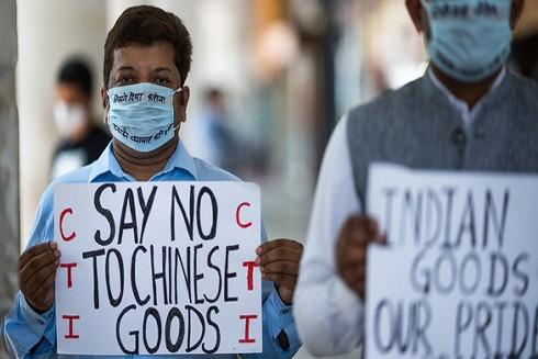 """Người dân Ấn Độ cầm biểu ngữ """"Nói không với hàng Trung Quốc"""" tại chợ Thủ đô New Delhi"""