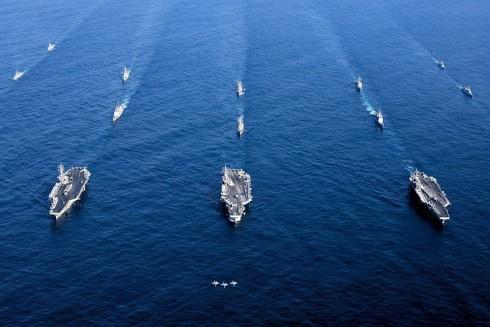 Ba nhóm tàu tác chiến tàu sân bay USS Nimitz - USS Ronald Reagan va USS Theodore Roosevelt trong một hoạt động nhằm đảm bảo tự do hàng hải ở Tây Thái Bình Dương