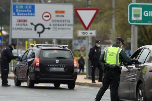 Cảnh sát kiểm tra các phương tiện tại cửa khẩu biên giới Pháp - Tây Ban Nha
