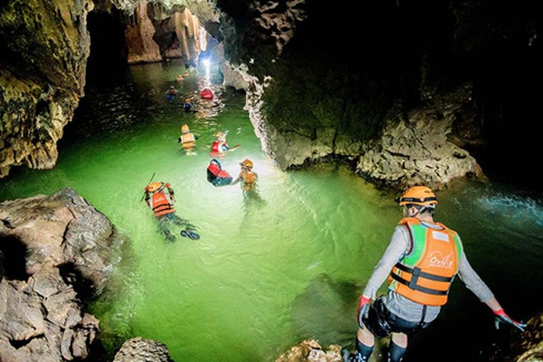 Hoạt động teambuilding khám phá hang động tại Quảng Bình