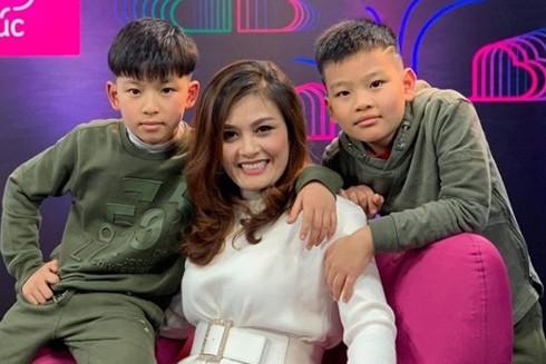 Diễn viên Hoa Thúy và 2 con trai với người chồng thứ hai