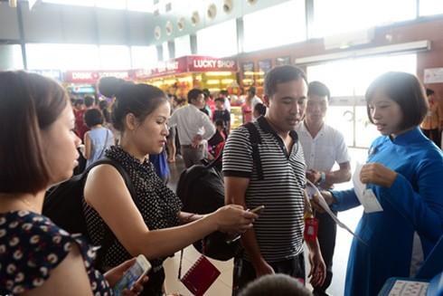 Sân bay Nội Bài chật kín khách du lịch mỗi dịp cuối tuần