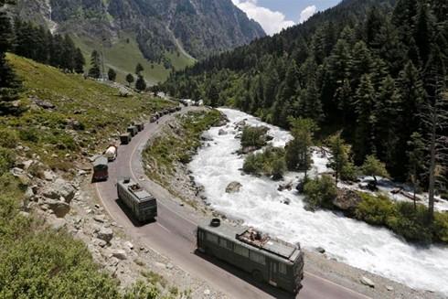 Một đoàn xe quân đội Ấn Độ di chuyển trên đường tiến tới Ladakh