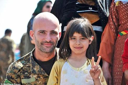 Cựu lính dù Anh Daniel Burke và trẻ em địa phương khi còn ở chiến trường Syria