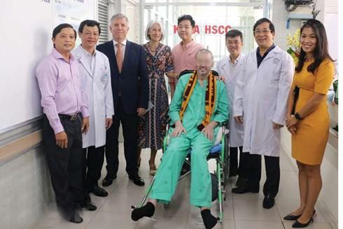 Bệnh nhân 91 chụp ảnh lưu niệm với đại diện Lãnh sự quán Anh tại TP.HCM và các y bác sỹ trong ngày xuất viện