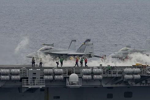 Máy bay chiến đấu trên tàu sân bay USS Nimitz trong cuộc tập trận với tàu sân bay USS Ronald Reagan để đáp trả cuộc tập trận của Trung Quốc ở Biển Đông