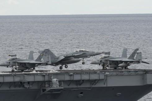Máy bay chiến đấu F-18 cất cánh trên tàu sân bay USS Ronald Reagan đang diễn tập ở Biển Đông