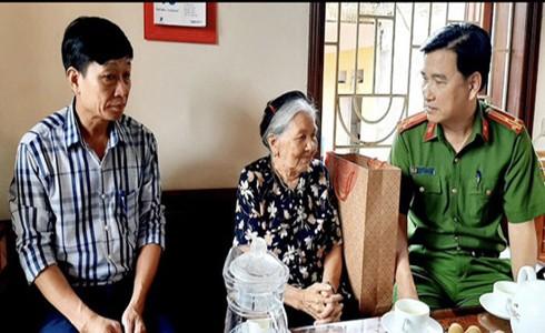 Thượng tá Trần Đình Nghĩa Trưởng Công an huyện Mê Linh trao tặng quà, thăm hỏi thân nhân liệt sỹ nhân dịp 27-7