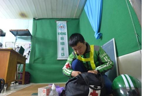 """Anh Phạm Quốc Việt, Đội trưởng đội cứu hộ FAS Angel chuẩn bị đồ sơ cứu để """"đi làm"""" ban đêm"""