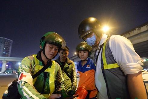 Anh Phạm Quốc Việt cùng các thành viên đội cứu hộ FAS Angel theo dõi thông tin về tình hình giao thông