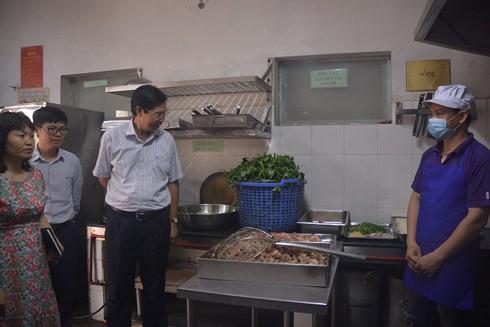 Sở Y tế Hà Nội kiểm tra an toàn thực phẩm tại một bếp ăn tập thể