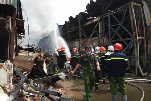 Lực lượng Cảnh sát PCCC và CNCH tiếp cận khống chế cháy tại khu xưởng Đức Giang