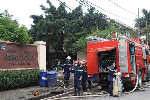Lực lượng Cảnh sát PCCC và CNCH - CATP Hà Nội tiếp cận, xử lý cháy tại vụ cháy nhà xưởng thuộc Công ty TNHH Song Nhân