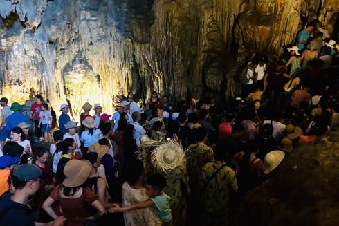 Đông nghịt du khách trong hang Sửng Sốt (Hạ Long, Quảng Ninh) (Ảnh: VQ)