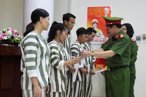 Các phạm nhân tại Trại tạm giam số 1, CATP Hà Nội nhận quyết định đặc xá