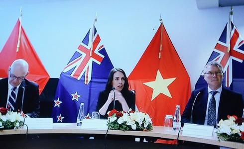 Thủ tướng New Zealand Jacinda Ardern và một số thành viên Chính phủ tại đầu cầu Wellington