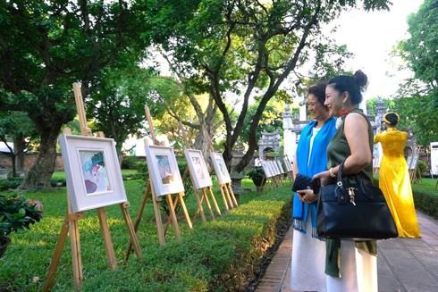 Những bức tranh về hoa sen thu hút người xem tại triển lãm