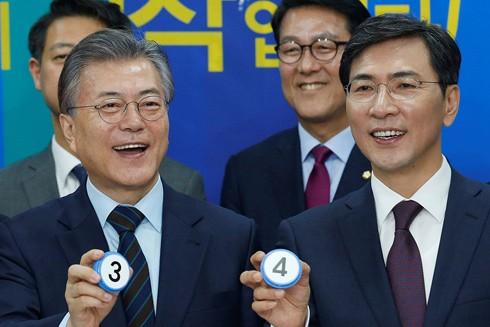 Tổng thống Moon Jae-in và ông Ahn Hee-jung năm 2017