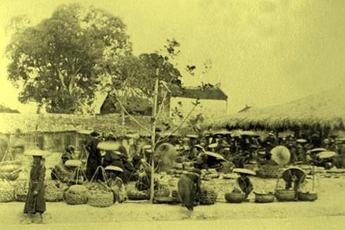 Chợ họp ngay ngoài cửa Đông