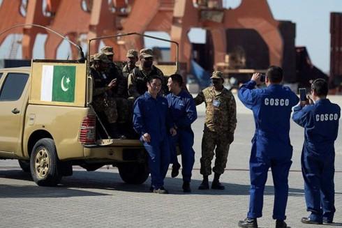 Các thủy thủ Trung Quốc cùng quan chức an ninh Pakistan ở cảng Gwadar, Balochistan