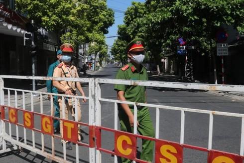Các lực lượng chức năng tuần tra trên đường phố Đà Nẵng sau khi quy định giãn cách xã hội được ban hành
