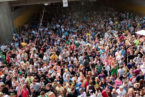 Cảnh sát không thể kiểm soát được đám đông đi qua đoạn đường hầm dẫn đến khu vực lễ hội Loveparade năm 2010