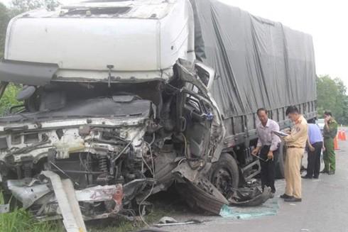 Đầu xe tải biến dạng sau cú đâm trực diện với xe khách ở Bình Thuận vào rạng sáng 21-7-2020