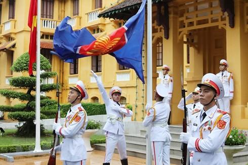 Lực lượng tiêu binh thực hiện nghi thức thượng cờ ASEAN