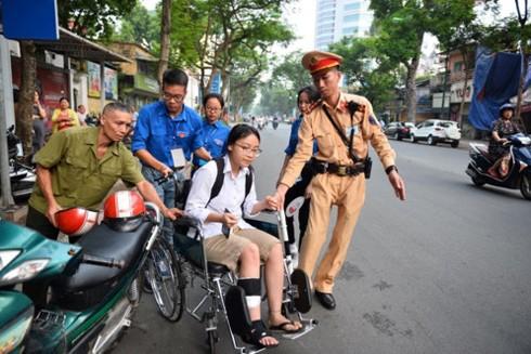 Hình ảnh đẹp về CSGT CATP Hà Nội hỗ trợ thí sinh thi THPT Quốc gia tại điểm trường THPT Việt - Đức (Hà Nội)