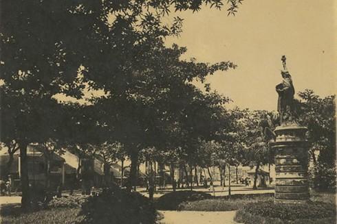 Tượng nữ thần Tự do từng được đặt ở vườn hoa Cửa Nam (người dân gọi nôm na tượng bà đầm xòe)