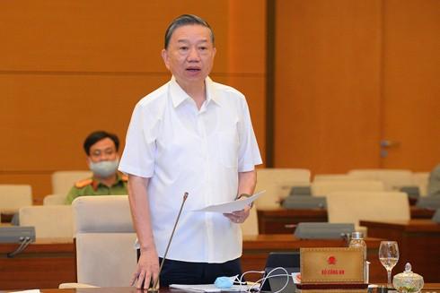 Đại tướng Tô Lâm, Ủy viên Bộ Chính trị, Bộ trưởng Bộ Công an trình bày Tờ trình trước Ủy ban Thường vụ Quốc hội về dự án Luật Cư trú (sửa đổi), ngày 10-8