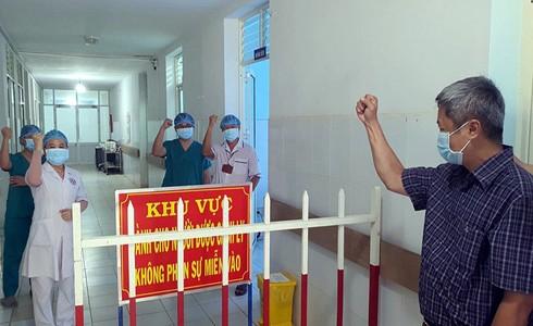 Thứ trưởng Bộ Y tế Nguyễn Trường Sơn động viên cán bộ y tế chăm sóc bệnh nhân Covid-19 tại khu điều trị cách ly Trung tâm y tế Bình Sơn cơ sở 2, Quảng Ngãi - Ảnh: Tuấn Dũng