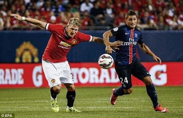 Bastian Schweinsteiger (áo đỏ) sẽ giúp Van Gaal có thêm lựa chọn ở hàng tiền vệ