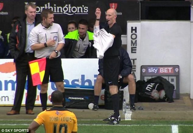 Trọng tài bàn thay đồ vào sân vì trọng tài chính dính chấn thương