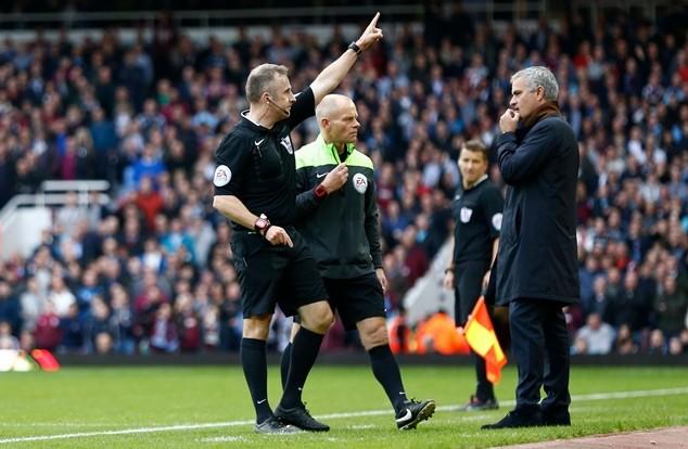 Mourinho bị trọng tài đuổi lên khán đài