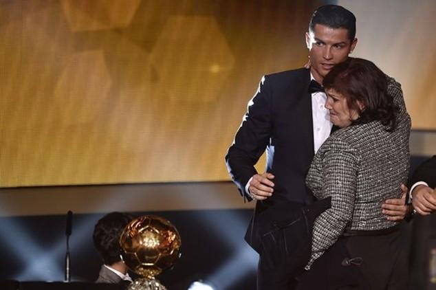 Mẹ của Ronaldo góp mặt khi ngôi sao này nhận Quả bóng vàng FIFA 2014