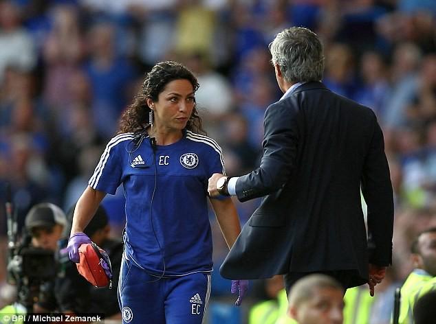 Mourinho to tiếng với Carneiro trên đường biên