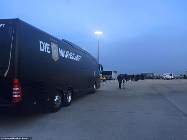 Xe buýt đưa của đội tuyển Đức tới sân bay Charles de Gaulle