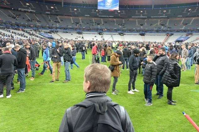 Tấn công khủng bố kinh hoàng ở Paris: 3 CĐV thiệt mạng bên ngoài sân Stade de France ảnh 2