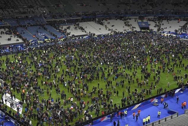 Quang cảnh hỗn loạn bên trong sân Stade de France