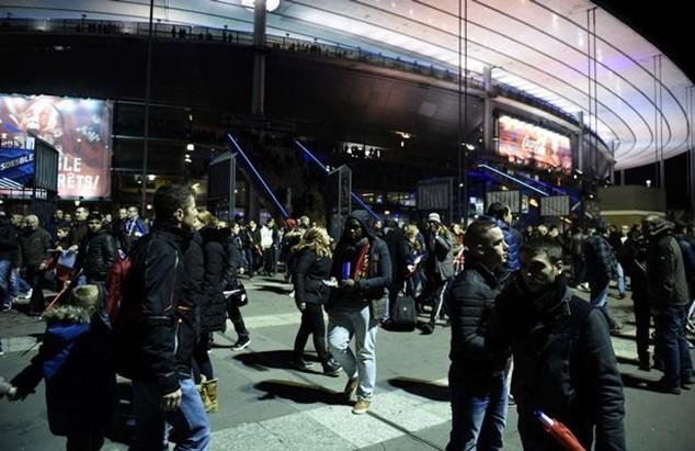 Tấn công khủng bố kinh hoàng ở Paris: 3 CĐV thiệt mạng bên ngoài sân Stade de France ảnh 1