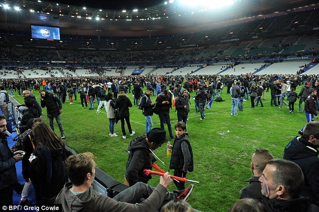 Quang cảnh hỗn loạn bên trong Stade de France sau trận đấu