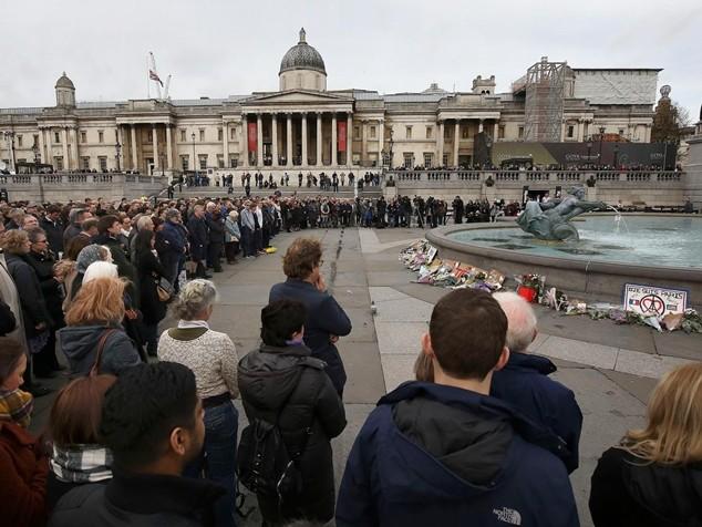 Người dân London đặt hoa tưởng nhớ các nạn nhân của thảm họa khủng bố ở Paris
