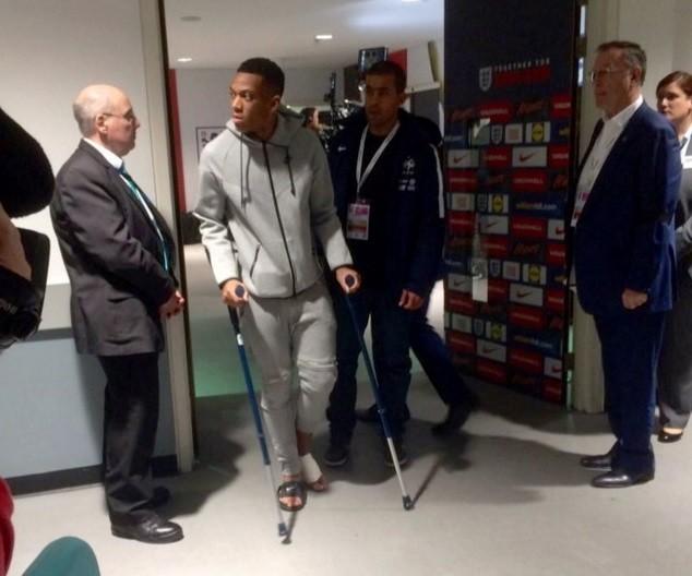 Tiền đạo 19 tuổi chống nạng rời sân Wembley