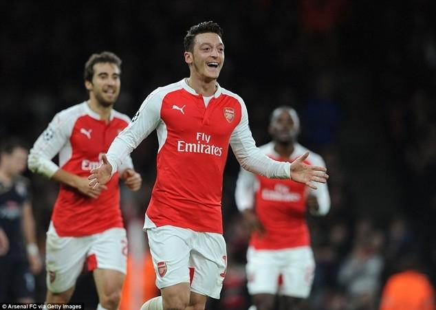 Ozil gánh vác niềm hy vọng cho Arsenal