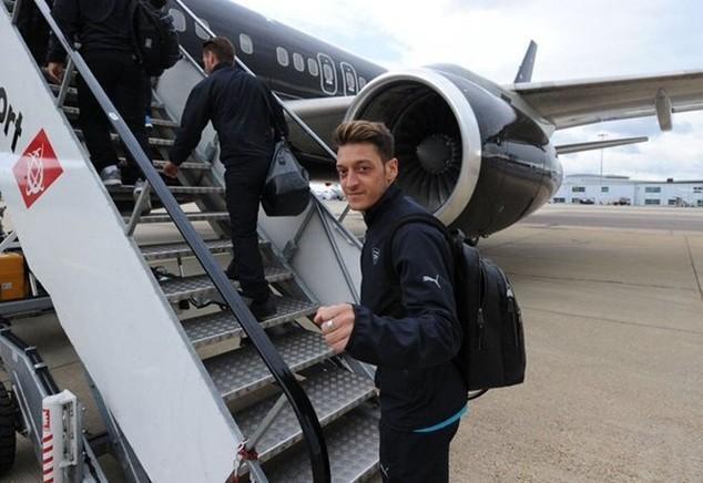 """Đi máy bay tới Norwich, Arsenal bị """"ném đá"""""""